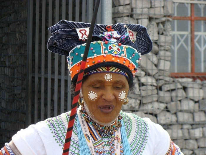 Modern Zulu Woman in Traditional Outfit 2016 - Fashionte Traditional African Fashion Headdress