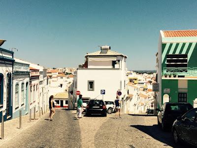 En vei som deler seg i to, med en bygning mellom gatene.
