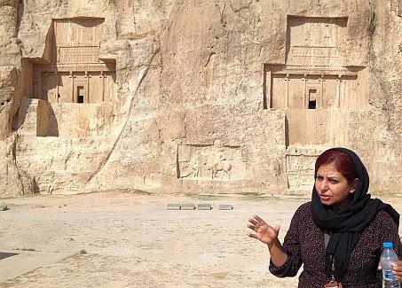 Reiseleiterin an den Achämeniden-Felsgräbern von Darius I. et al., Naqsh-e Rostam bei Persepolis