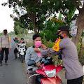 Polsek Ganra Bersama Bhayangkari Gelar Bagi Takjil dan Masker Kepada Warga