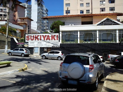 Sukiyaki: Fachada lateral e parte do estacionamento