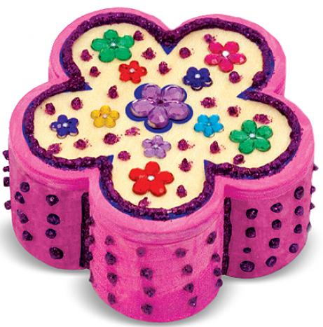 Mỗi bạn nhỏ có thể tuỳ ý trang trí hộp trang sức bông hoa theo một phong cách riêng