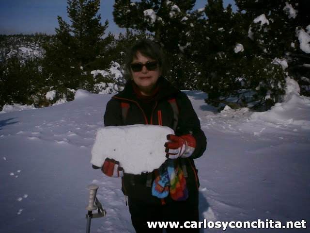 Bloques de nieve-hielo que se rompen al pasar con las raquetas