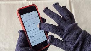 シルクの指なし手袋を装着しても問題なくiPhoneも操作できる
