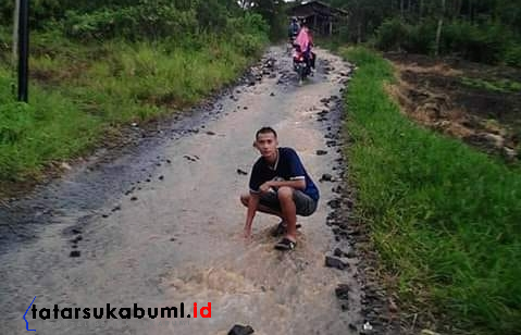 Jalan Rusak di Pabuaran, Ibu Hamil Melahirkan di Perjalanan ke Puskesmas