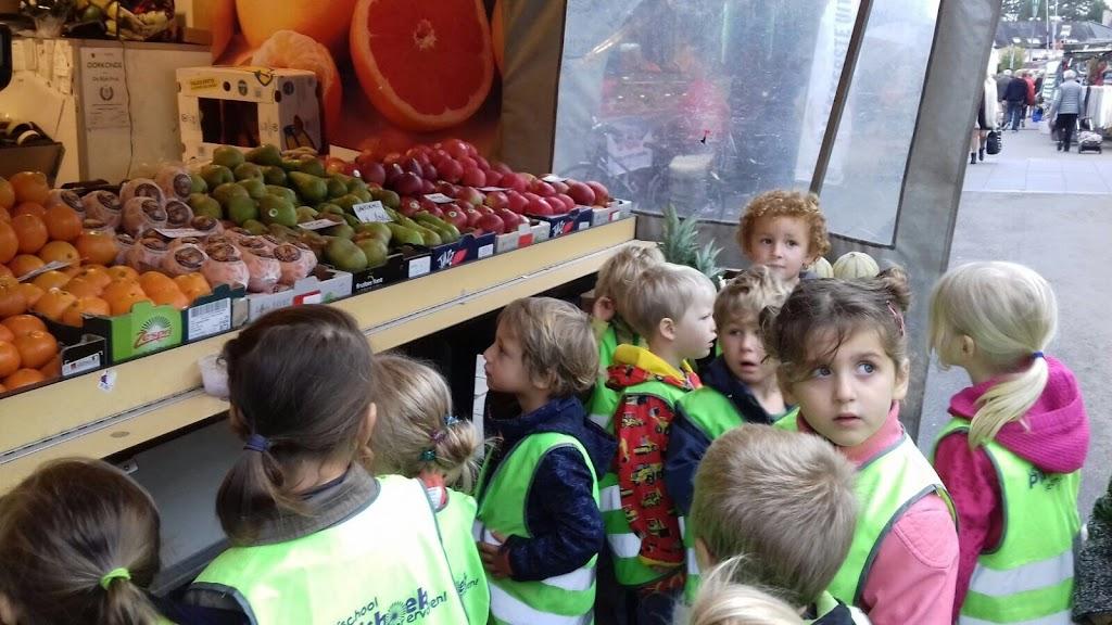 De Kleuters maken zelf een fruit- en groentewinkel. - 15.jpg