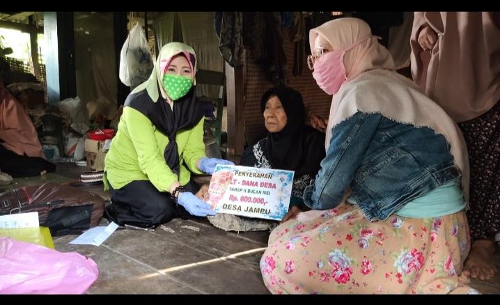 Sulit Kekantor, Kades Jampu Bawakan BLT Kerumah warga Lansia