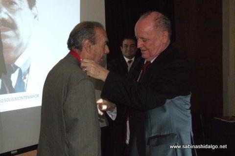 Entrega de medalla al maestro Arturo Solís Montemayor