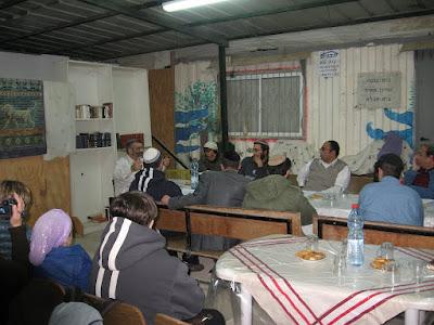 הרב מיכאל בן-ארי בבית חגלה על פני יריחו