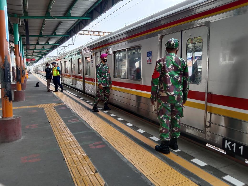 Personel Koramil 06/KD Bersama BKO Laksanakan Penegakan PSBB Di Stasiun Kereta Api Kalideres