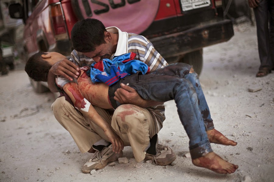 'Padre devastado'. Fotografía que le mereció el Premio Pulitzer 2013 a Manu Brabo. Imagen captada en Aleppo, Siria. El niño fue asesinado por el ejército sirio.