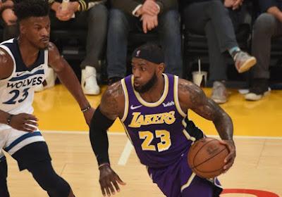 🎥 LeBron James staat op zijn sokken op het parket, maar daar is een goede reden voor