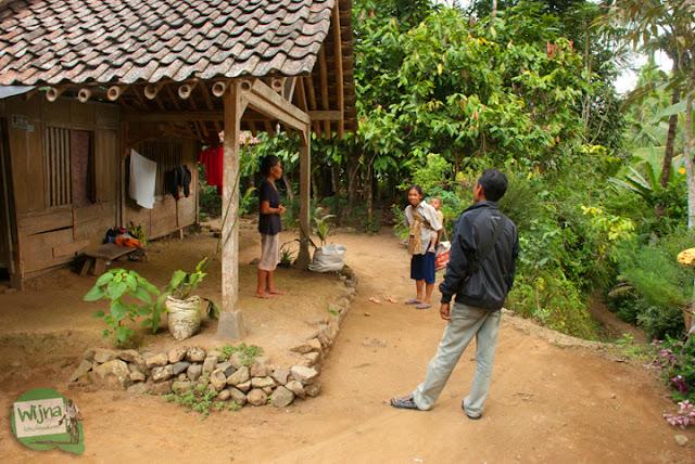 Kunjungan ke rumah warga di area Curug Benowo, di Desa Bener, Purworejo, Jawa Tengah