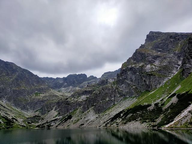 staw otoczony skalistymi szczytami gór