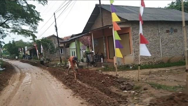 Tanah Galian Pipa PDAM Way Sekampung Ganggu Arus Lalu lintas