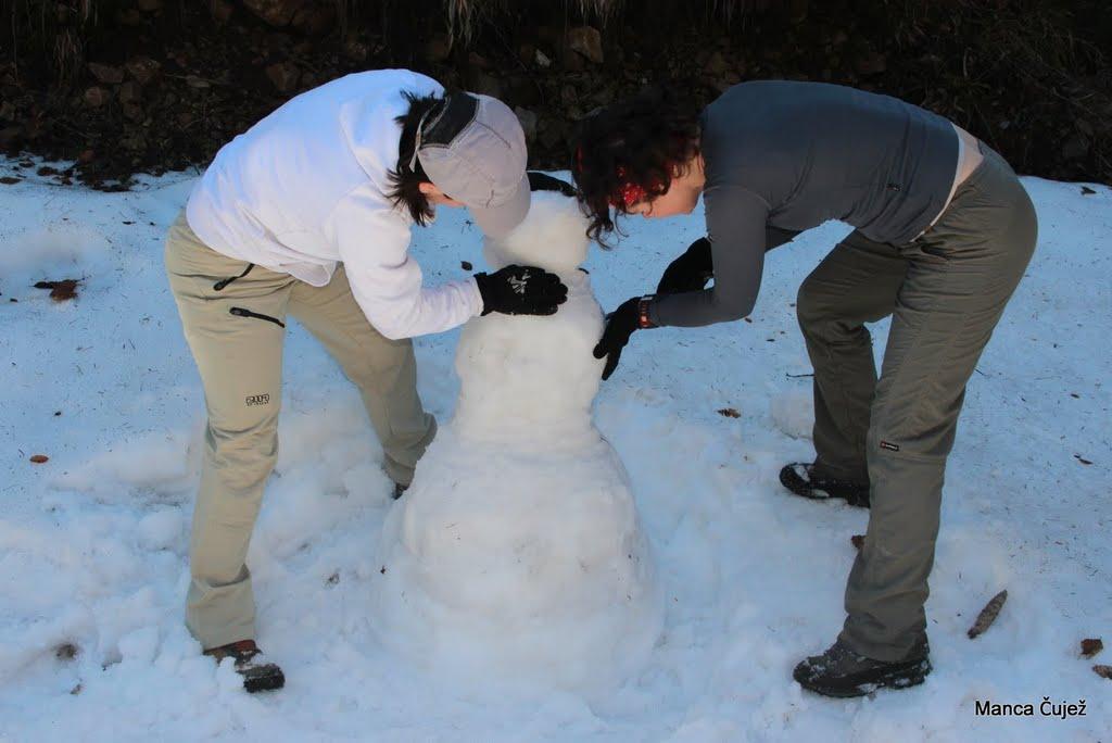In ko smo eni čakali drugo pošiljko planincev, smo se malo igrali ... Seveda, kaj pa hoče drugega človek delati na snegu ...