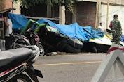 Mobil Truk Seruduk Mobil Bus Sedang Parkir Hingga Terguling