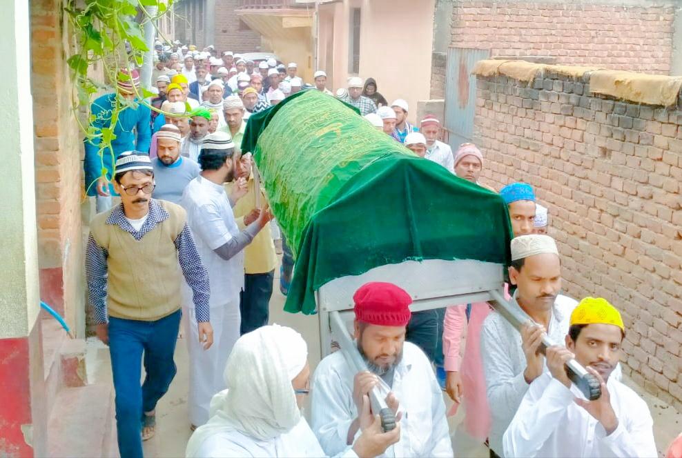 होम्योपैथिक चिकित्सक का जनाजा निकाल कब्रिस्तान में दफनाया