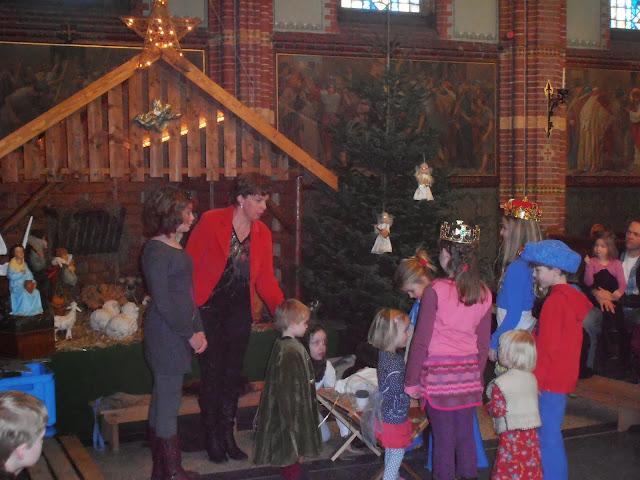 Kindje wiegen St. Agathakerk 2013 - PC251147.JPG