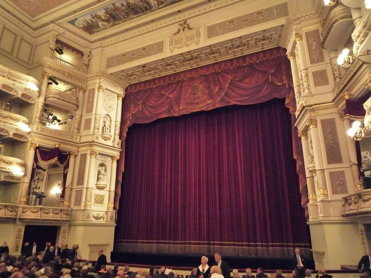 Der Zuschauerraum in der Semperoper Dresden vor eine Oper