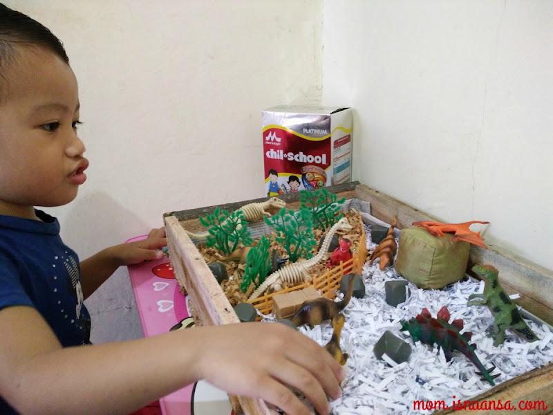 Dinosaurus Dimainkan oleh Diana