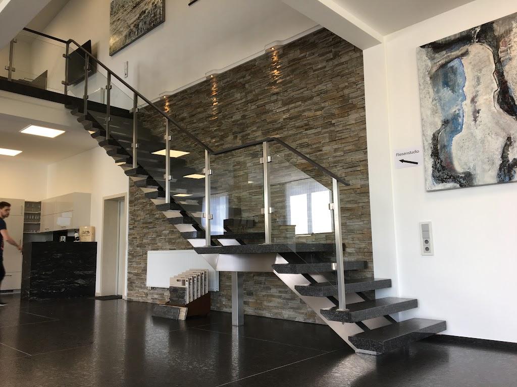 Natursteintreppe kombiniert mit Keramik Handlauf
