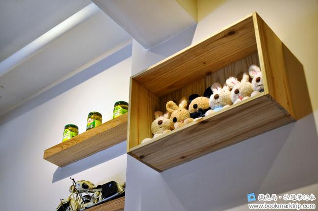 豆子咖啡牆面上的兔仔六人組