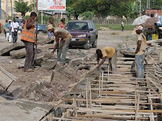 Des ouvriers congolais travaillant sur un chantier de réhabilitation des routes dans la commune de la Kalamu le 08/04/2013 à Kinshasa. Radio Okapi/Ph. John Bompengo