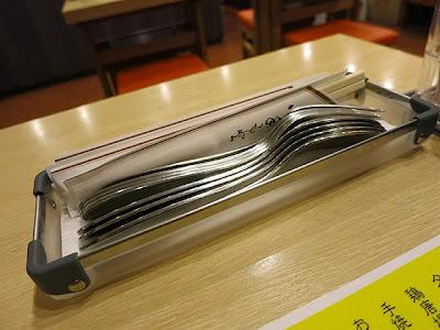 テーブル上のフォークとスプーン置き