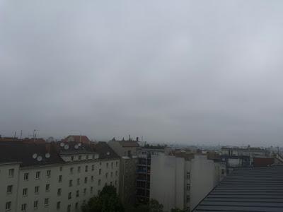 Das aktuelle Wetter am Pfingstsonntag in Wien-Favoriten, 24.05.2015  Es bleibt kühl und trüb am heutigen Sonntag, dafür aber trocken. Nach 10,8°C in der Früh wird es zumindest mit 15 oder 16 Grad etwas wärmer als an den Vortagen. Der große Regen ist aber vorüber. Die Regensumme betrug gestern 23,7 l/qm und insgesamt sind die letzten 4 Tage 30 l/qm gefallen in Favoriten. Schöne Pfingstfeiertage! #wetter #wien  #favoriten  #wetterwerte