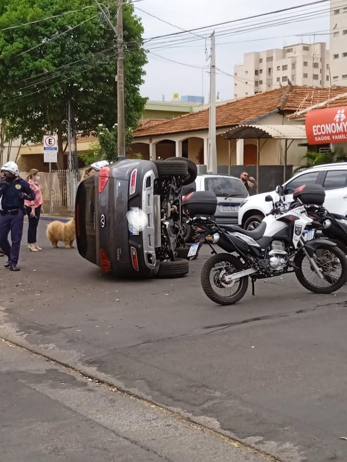 Acidente de trânsito provoca capotamento na rua Torres Homem  em Araçatuba