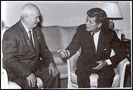 Nikita Khrushchev berbincang dengan Presidcn Amerika Serikat John
