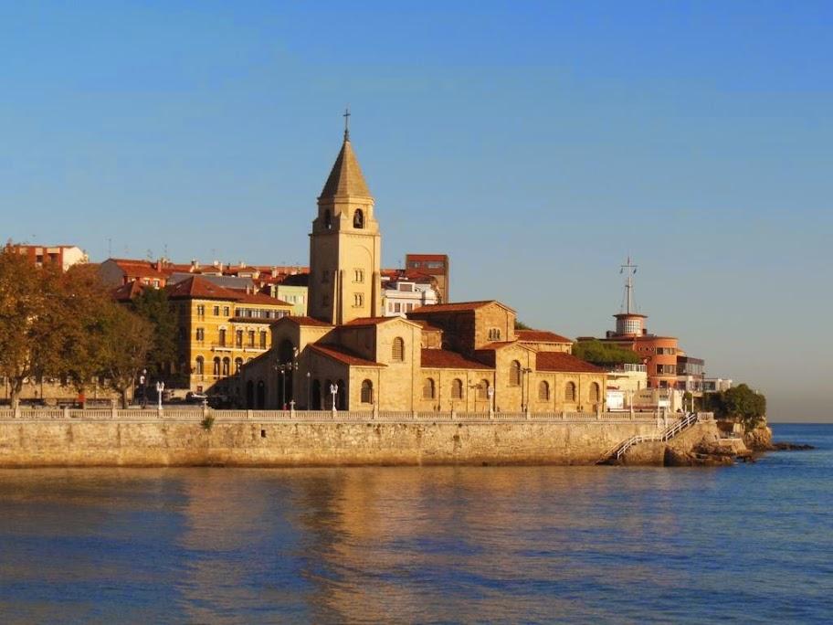 Iglesia de San Pedro con el mar al lado