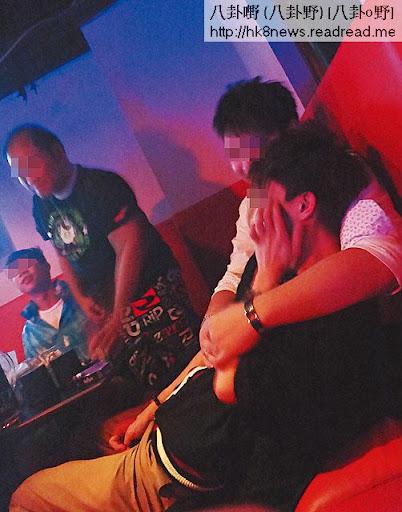 在銅鑼灣一間同志酒吧,男男互相依偎,扭纏在一起。 <br><br>因為社會歧視,這些酒吧成為「同性戀」者拍拖的角落。
