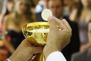 Jan Paweł II. 19 maja 2016 - eucharystia.jpg