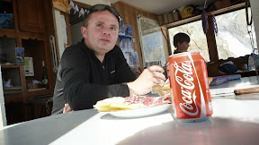 Une bonne assiette de charcuterie, un coca pour cette journée à rebondissement!