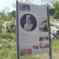 Spomen-ploča nalazi se na stijeni poznatoj pod nazivom Careva glava