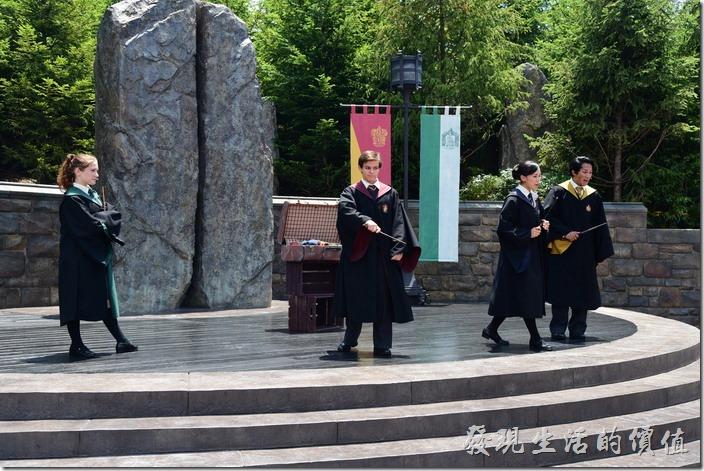 日本大阪-環球影城。固定時間,在哈利波特的活米村廣場會有表演,由四個學院的學生表演魔法秀。