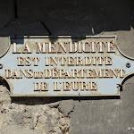 """Rue de la Libération : plaque """"La mendicité est interdite dans le département de l'Eure"""""""