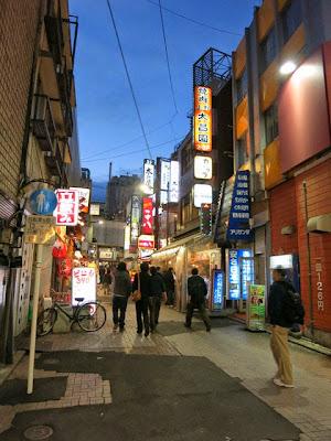 上野マルイの裏あたりの立ち飲み屋の並ぶ通り