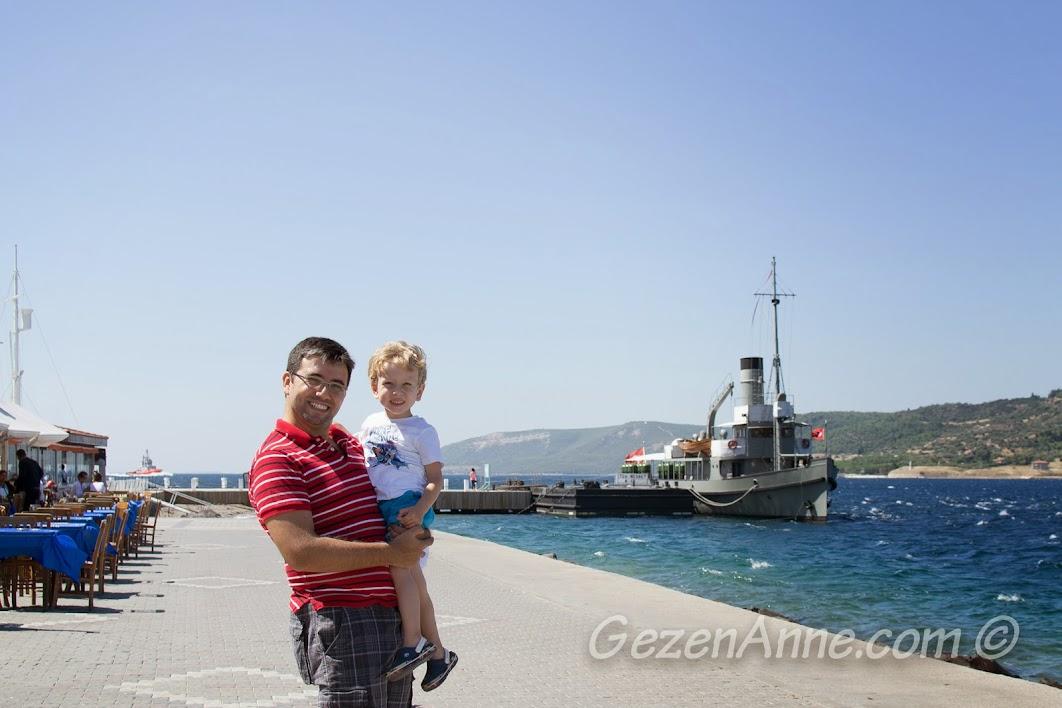 Çanakkale sahilinde, arkada Nusret Mayın Gemisi