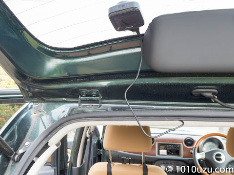 天井の内装からトランクのハッチに配線したら邪魔