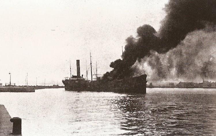 Impresionante foto del buque incendiado en sus primeros momentos. Foto de la pagina web Alicante Vivo.jpg