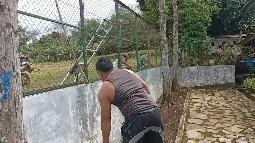 Kopda Azis Prady   Selesaikan  Cat Pagar Sekolah
