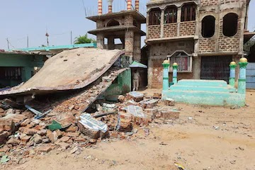 तेज धमाके के साथ धराशाई हुआ मदरसा, बम विस्फोट की आशंका