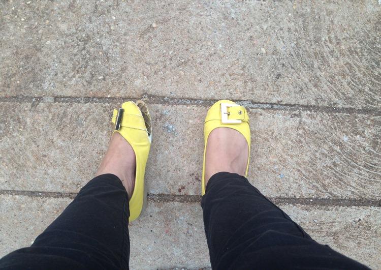 sapatilha amarela estragada