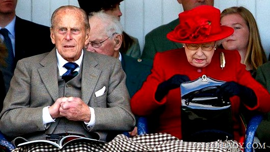 160610124401_queen_checking_her_handbag_624x351_getty_nocredit