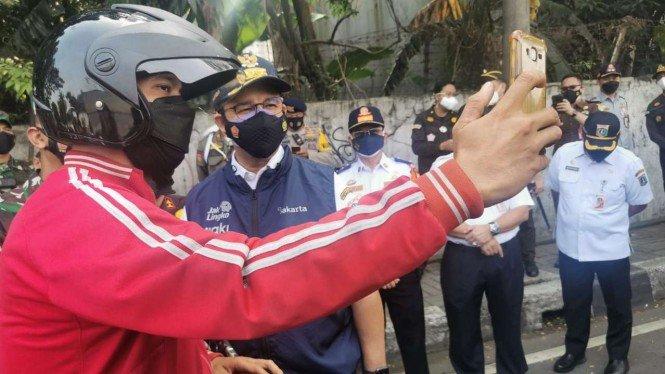 Anies ke Pengendara: Telepon Bosmu, Bilang Gubernur Suruh di Rumah
