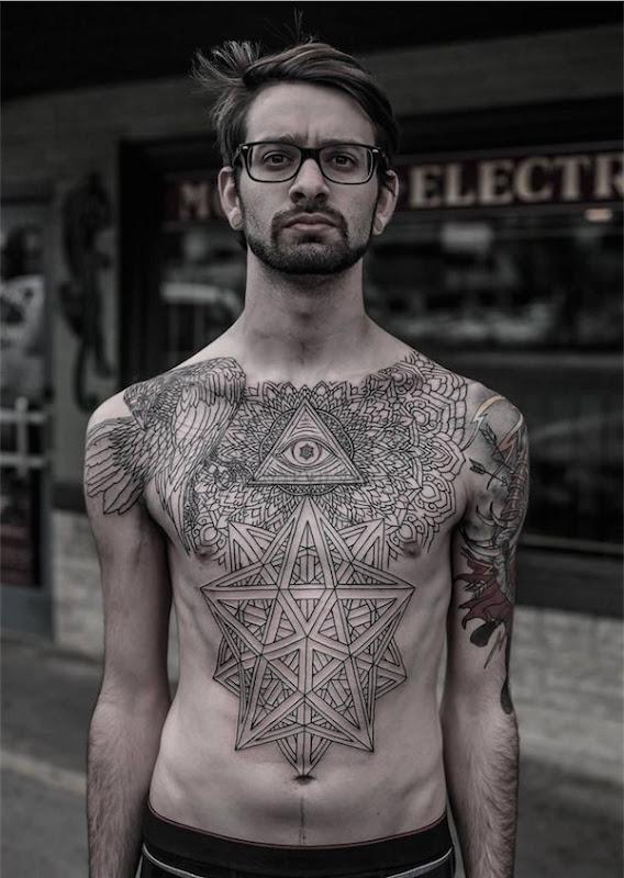 illuminati_tatuagem_no_peito