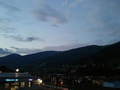 Durchwegs sonnig war es dagegen am Abend in den Tiroler Alpen wie hier im Wipptal mit Blick zum Patscherkofel